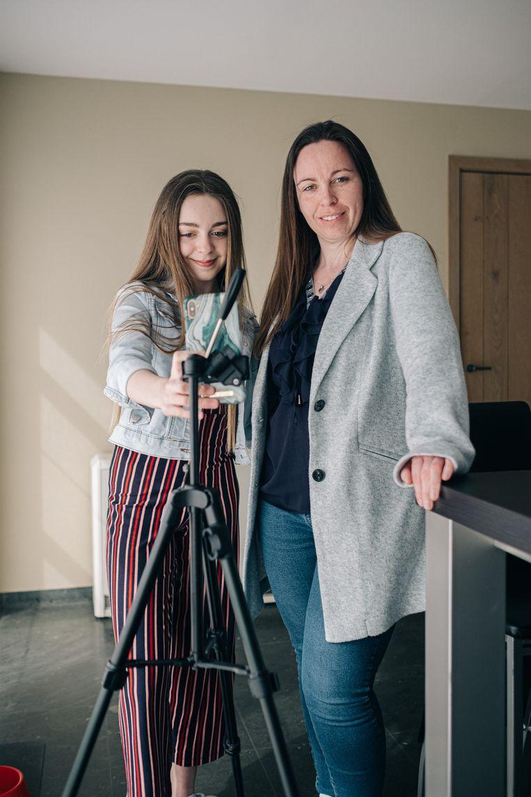 Hailey (@haileytje.b op TikTok) en moeder Sharon De Waele. 'Veel ouders zijn niet bezig met die veiligheid. Als ik al eens een vraag krijg van een andere moeder, is het eerder: 'Hoe maak ik mijn dochter famous?''  Beeld Wouter Van Vooren