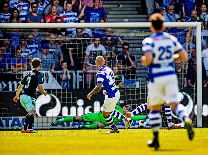 Bryan Smeets  passeert Ajax-doelman Jasper Cillessen doorgaan.