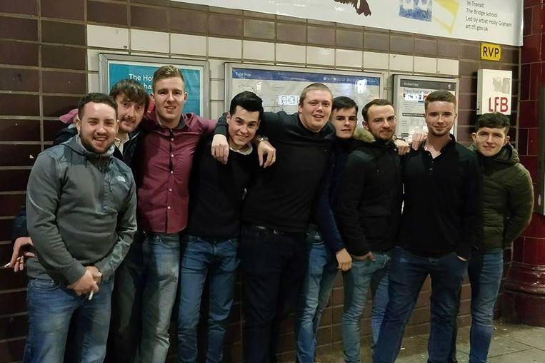 De vriendengroep uit Wales was onbezonnen aan de vakantie begonnen.  Tweede van rechts: slachtoffer Michael Lewis (23).