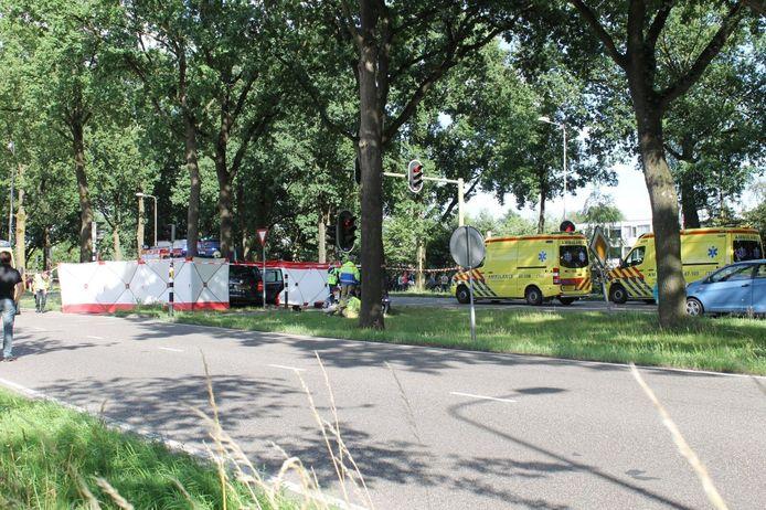 Op de laan van Kernhem in Ede is zondagmiddag een auto met meerdere inzittende tegen een boom gebotst.