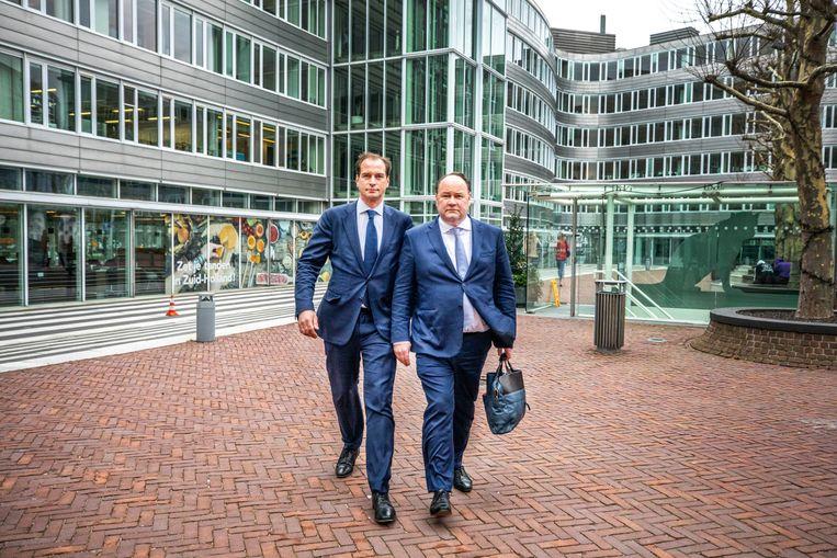Henk Otten (rechts) van Forum voor Democratie arriveert met zijn voorlichter de middag na de verkiezingen in het provinciehuis van Zuid Holland. Beeld Raymond Rutting / de Volkskrant