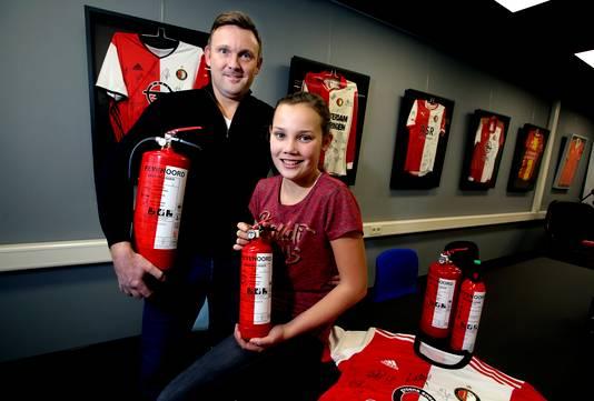 Pim Poppeliers van Polmai Brandbeveiliging toont samen met zijn dochter de Feyenoord-brandblusser voor wie er geen van Ajax wil.