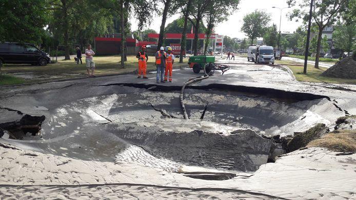Wegverzakking door waterleidingbreuk Edisonlaan hoek Koninginnelaan in Apeldoorn