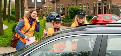 Kinderen houden 'gevaarlijke' auto's weg bij basisscholen in Zwolle (en dat kost soms nog heel wat moeite)