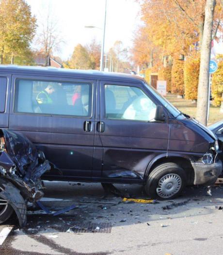 Twee gewonden na botsing tussen bedrijfsbusje en twee auto's