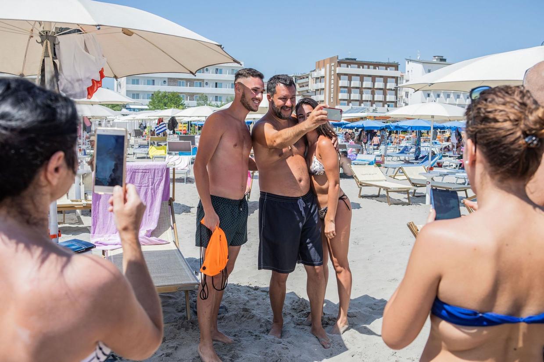 Vice-premier Matteo Salvini neemt overal ruim de tijd om met kiezers op de selfie te gaan. Het leverde hem de bijnaam 'Selfini' op.  Beeld Foto Sipa/HH