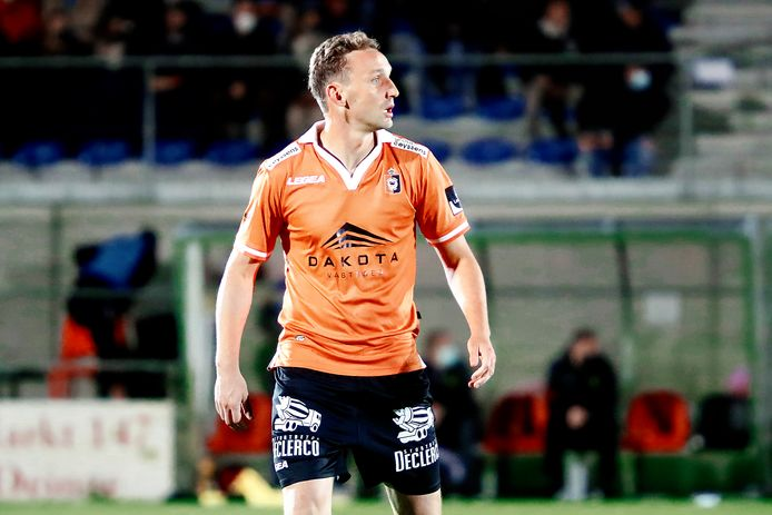 Nadat zijn contract bij SK Deinze niet verlengd werd, dacht Niels De Schutter er even aan om zijn voetbalschoenen aan de haak te hangen. De polyvalente verdediger zet zijn carrière nu toch verder bij tweenationaler VK Ninove.