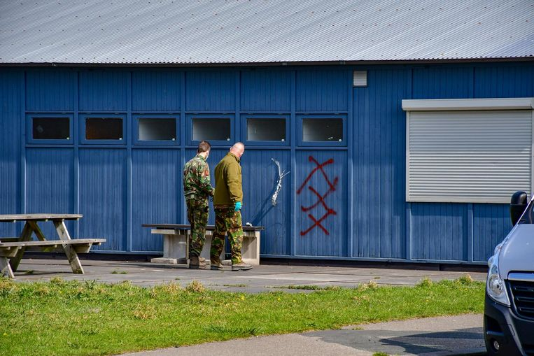 Bij de handgranaat stonden drie rode kruizen op de muur. Beeld ANP
