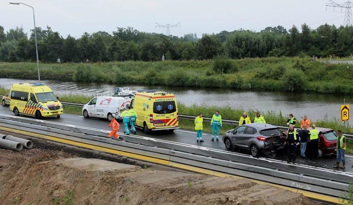 Bij het ongeluk waren zeker 3 auto's betrokken. Twee personenwagens en een bestelbusje.