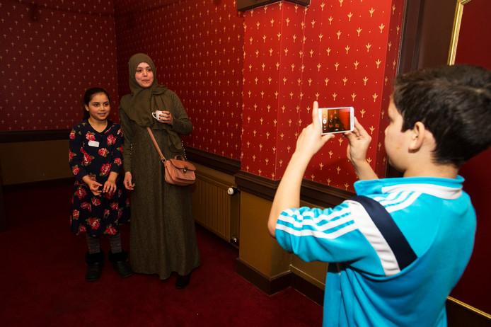 Kaatsheuvel Vloggers workshop in Theater van de Efteling , zoon Mohammed 10 jaar  maakt vlog met  zijn moeder Loubna en zusje Fatima