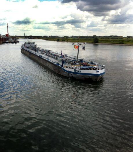 Klimaatdemonstranten roepen Shell met actie in Arnhem op 'te stoppen met het vernietigen van natuur'