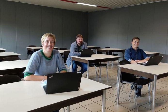 Directeur Sara Portier met ICT-coördinatoren Ralph Iliano, Rein Bogaert  en Salia De Wandel (niet op foto) brengen de school via het rodekruislokaal binnen in een nieuw digitaal tijdperk.