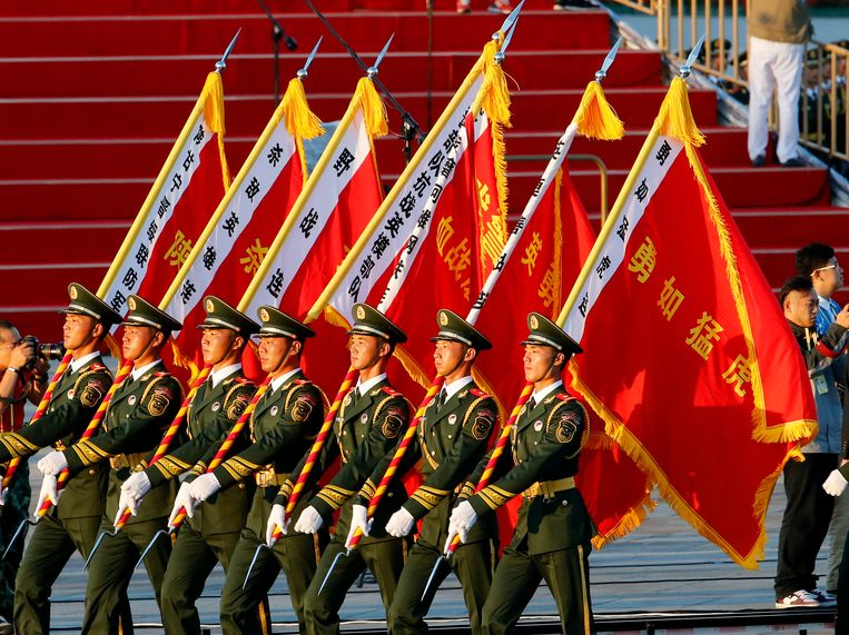 Paramilitary policemen carrying flags prepare in front of the Tiananmen Gate ahead of a parade commemorating the 70th anniversary of Japan's surrender during World War II held in front of Tiananmen Gate in Beijing, Thursday, Sept. 3, 2015. (AP Photo/Ng Han Guan) Beeld null