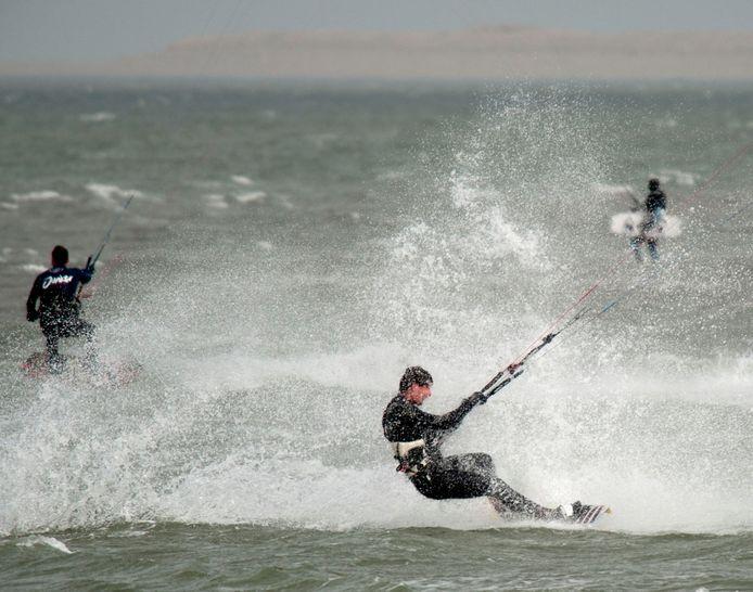 Kitesurfers bij de Brouwersdam.