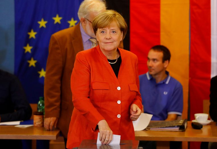 Merkel tijdens de stembusgang vandaag. Beeld REUTERS