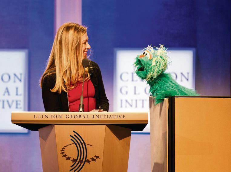 Een elegante, briljante en vurige vrouw, maar steeds de nuchterheid zelve, ook in gesprek met een Sesamstraat-muppet (op het Clinton Global Initiative, september 2013). Beeld Getty Images