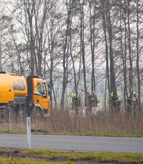 Politie zoekt wit busje in verband met gedumpte vaten langs rondweg in Waddinxveen