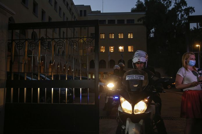 Politie aan het klooster waar de priester toesloeg.