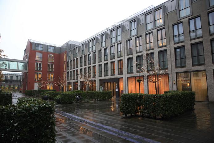 Exterieur van verpleeghuis Zorgwaard. Een 21-jarige Rotterdammer wordt ervan verdacht, als verzorgende van het verpleeghuis, een bewoonster om het leven te hebben gebracht.