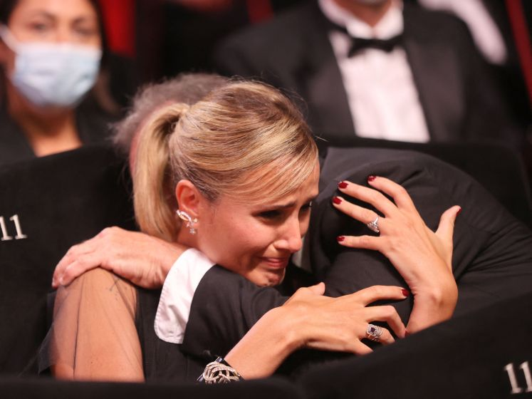 """Palme d'Or pour le film choc """"Titane"""", gros cafouillage pendant la cérémonie, rien pour la Belgique"""