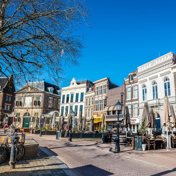 Archieffoto. Stilte en lege terrassen op de Markt in Gouda waar de horecagelegenheden vanwege de coronamaatregelen zijn gesloten.