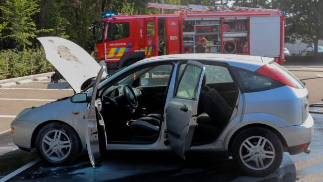 Personenwagen uitgebrand op parking van Delhaize, erger voorkomen dankzij poederblusser