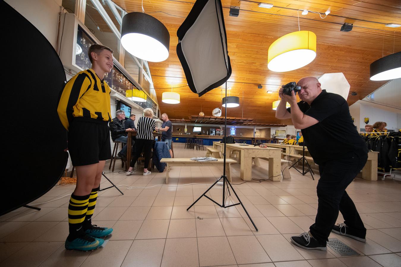 Ruben van der Velde (DOS Kampen JO15-4) gaat op de foto voor de verzamelactie.