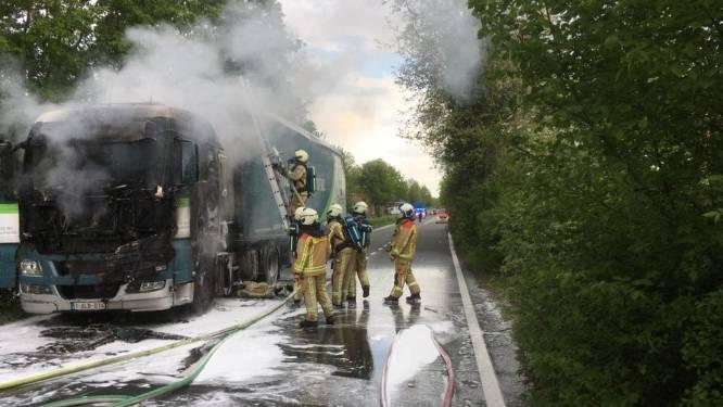 Vrachtwagen met houtsnippers brandt uit