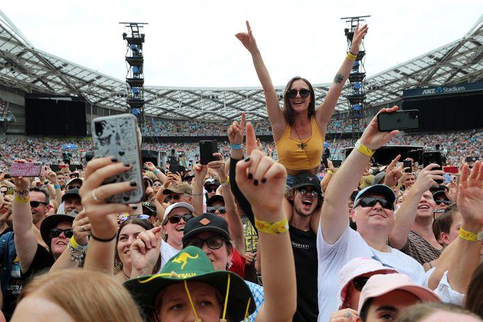 Fans in het ANZ Stadion van Sydney tijdens het Fire Fight Australia-concert.