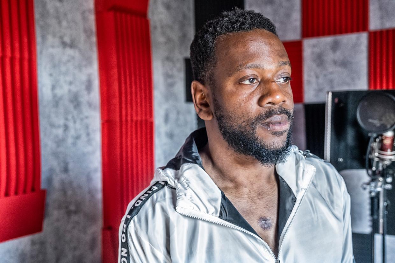De Gentse muzikant Emmanuel Oloriegbe kreeg twee jaar geleden een politiekogel in de borst. Beeld Tim Dirven