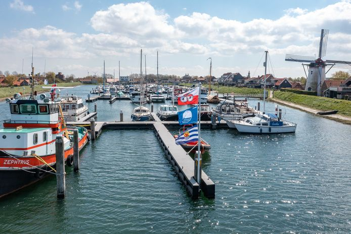 De blauwe vlag wappert in de haven van Stavenisse.