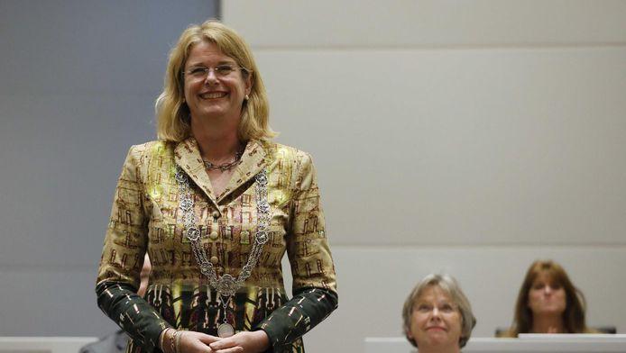 Daar is ze dan, mét ambtsketen: Burgemeester Pauline Krikke van Den Haag.