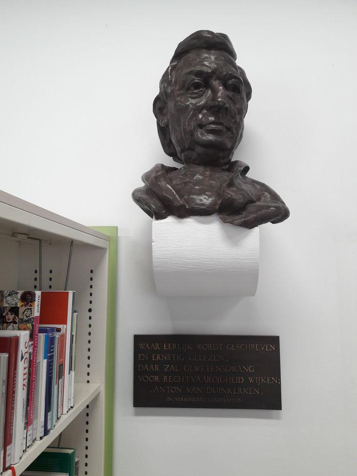 Anton van Duinkerken in de bibliotheek van Bergen op Zoom
