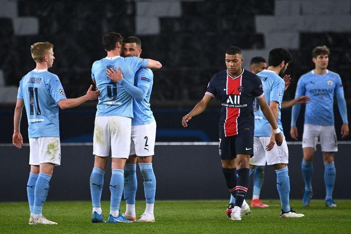 Kylian Mbappé druipt af tussen feestende spelers van Manchester City.