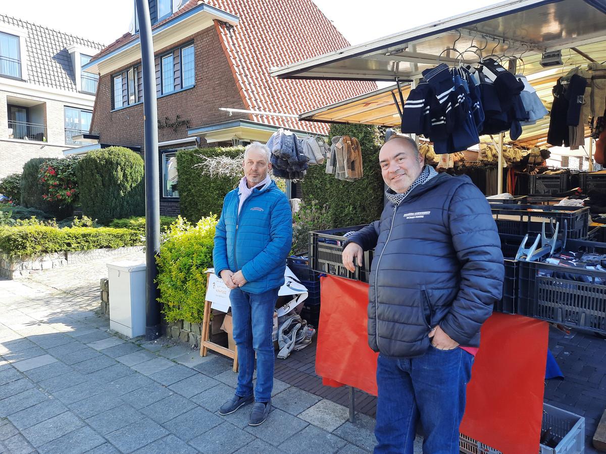 Marktkooplieden Jan Lubbers (l) en Richard Denkers bij de 'illegale sokkenkraam' op de markt in Voorthuizen.