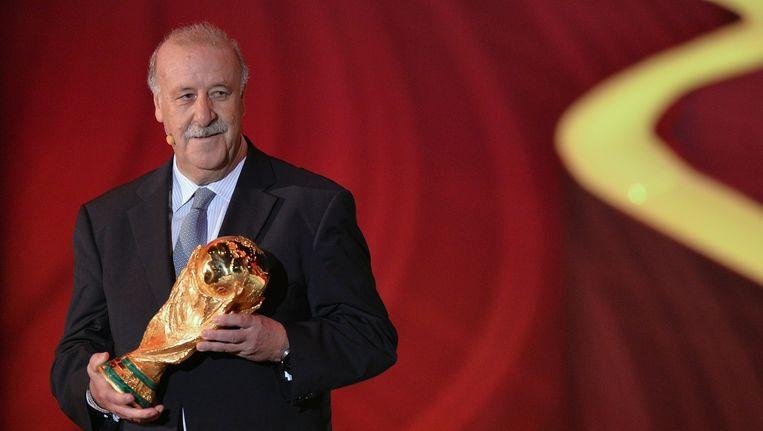 Spaans bondscoach Vicente Del Bosque met de wereldbeker die Spanje won op het WK in Zuid-Afrika