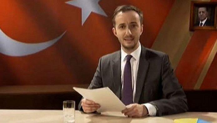 Jan Böhmermann tijdens het voorlezen van het lastergedicht over Erdogan