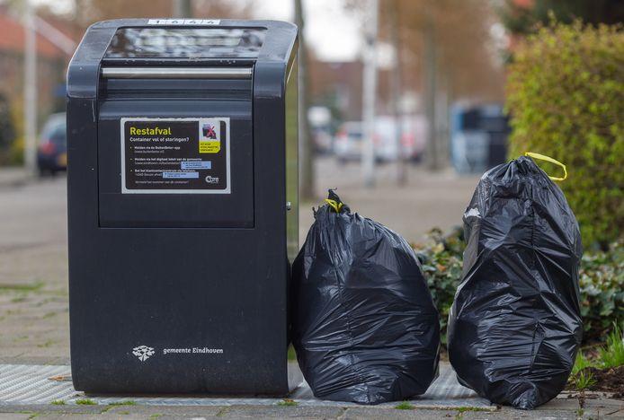 Vuilniszakken bij ondergrondse afvalcontainer aan de Offenbachlaan in Eindhoven