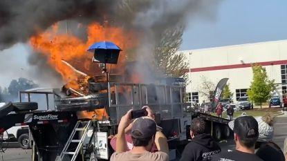 Motor van pick-uptruck ontploft tijdens evenement