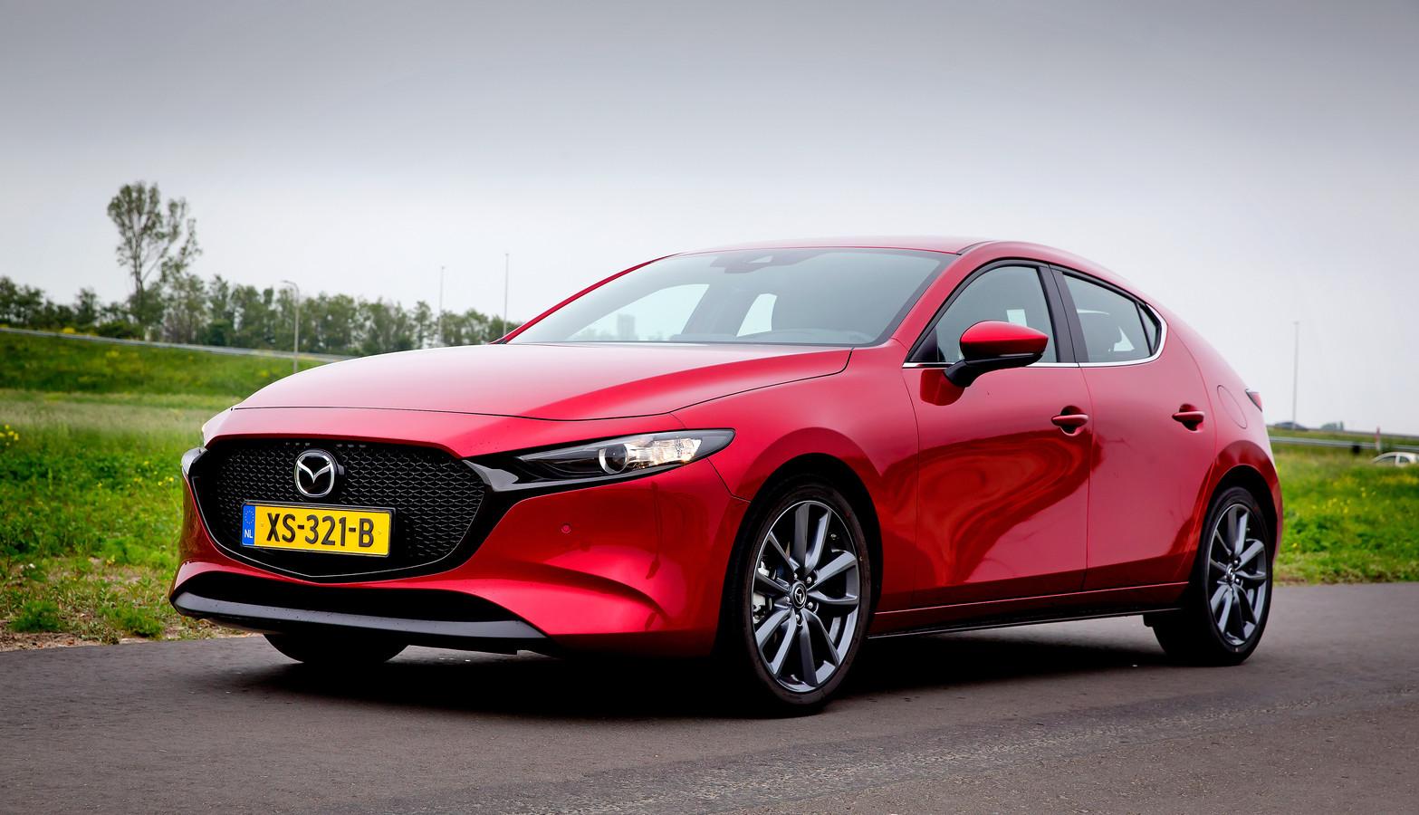 De Mazda 3 heeft beslist karakter, maar de zitruimte achterin is beperkt.