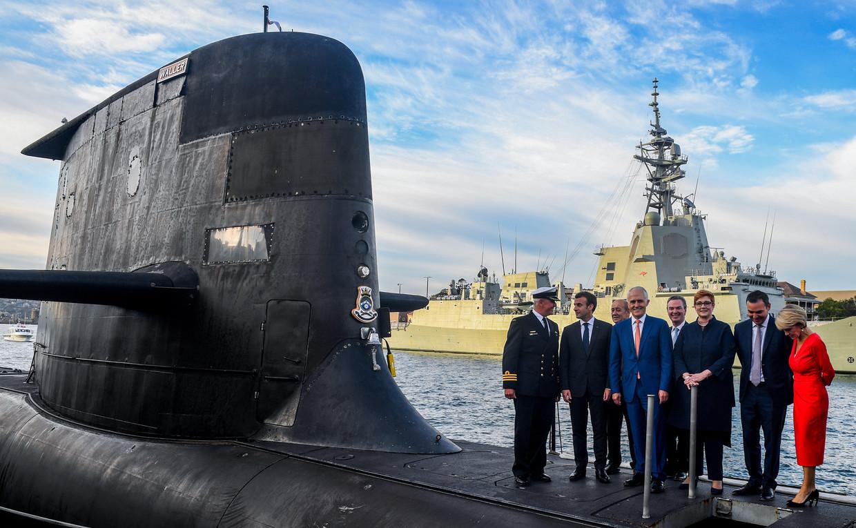 President Macron (tweede van links) tijdens een bezoek aan Australië in 2018, met de Australische premier Malcolm Turnbull (vierde van links). Australië zou twaalf Franse onderzeeërs kopen, maar heeft nu gekozen voor nucleair aangedreven onderzeeërs met VS-technologie. Beeld Getty Images