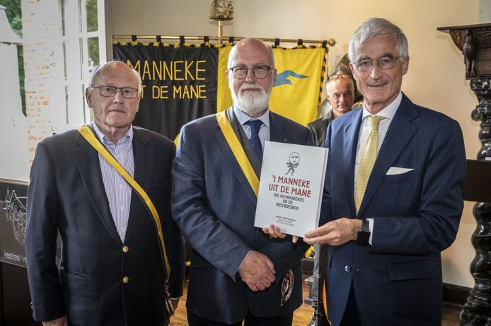 Editor Johan Mattelaer en voorzitter Johan Colpaert overhandigen het eerste exemplaar aan Europees parlementslid Geert Bourgeois.