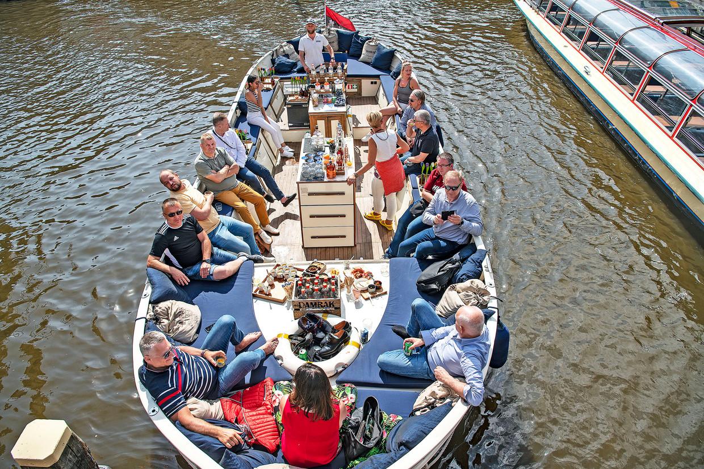 De grote rondvaartboten zijn in de Amsterdamse grachten ingeruild voor kleinere, open sloepen of privéboten, 15 juni. Beeld Guus Dubbelman / de Volkskrant