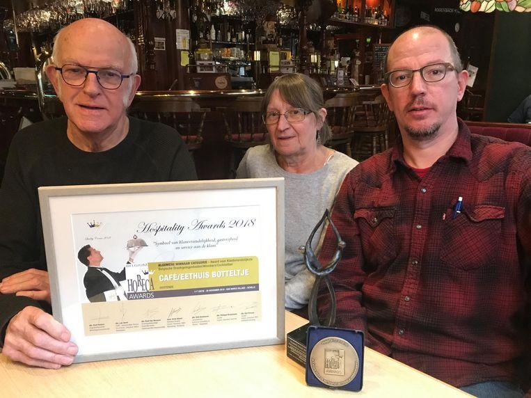 Jean-Pierre, Henriette en James met de award.