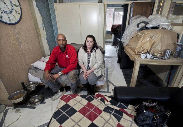 Millo Dometilia en Daniëlla de Vos in hun flat aan de Dr. Janssenslaan. Sinds de verbouwing op 11 januari begon zitten ze in de troep.