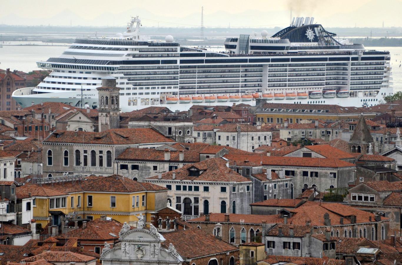 Een cruiseschip vaart door een kanaal in Venetië.
