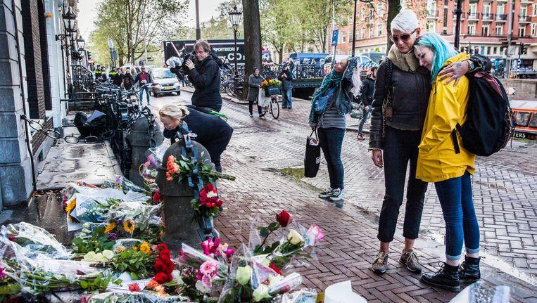 Mensen rouwen en leggen bloemen neer bij de ambtswoning van Eberhard van der Laan. Beeld Aurélie Geurts