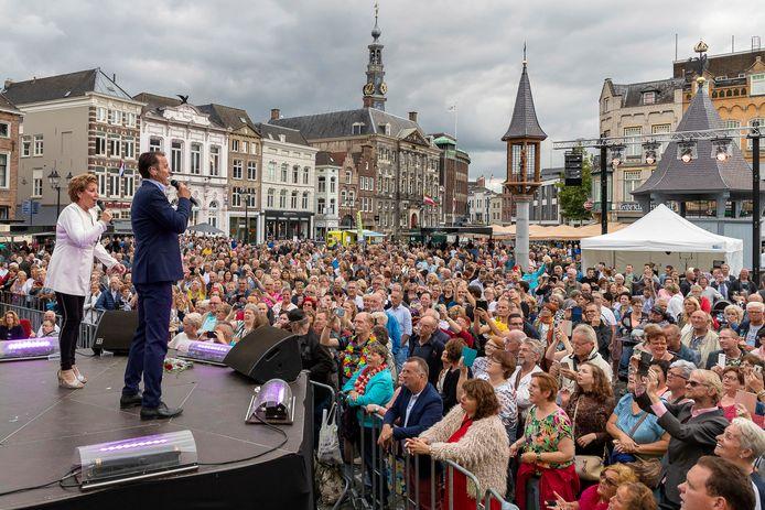 Gezelligheid op de Bossche Markt met Marianne Weber en John de Bever tijdens Festival van het Levenslied.