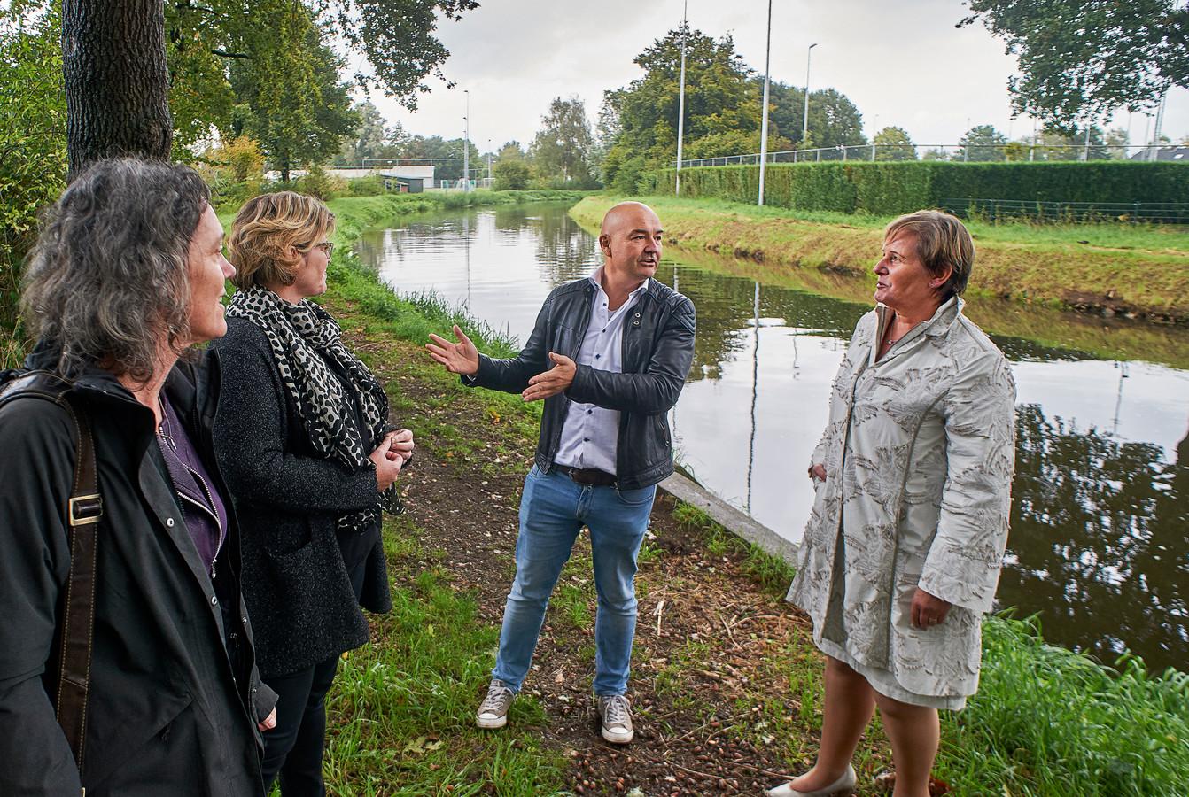 Initiatiefnemers op de lokatie bij RKVV langs de Aa in Erp waar Omnipark Erp moet komen. Rechts verantwoordelijk wethouder Coby van der Pas van Meierijstad.