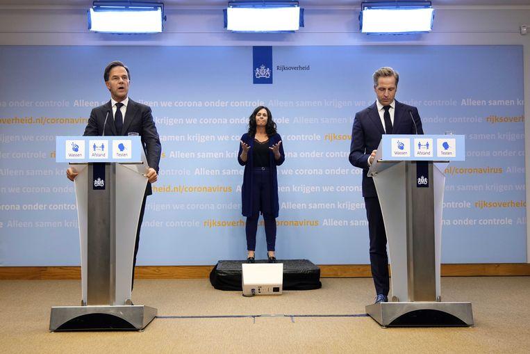 Demissionair premier Mark Rutte en demissionair coronaminister Hugo de Jonge tijdens een extra ingelaste persconferentie. Het kabinet maakt zich zorgen over de forse toename van het aantal positieve coronabesmettingen. Beeld ANP